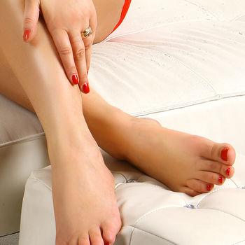 Nicole zeigt nur ihre nackten Füße deren Nägel mit rotem Nagellack geziert sind