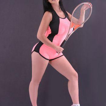 Die sportliche Linda im knappen Sportdress mit Tennisschläger
