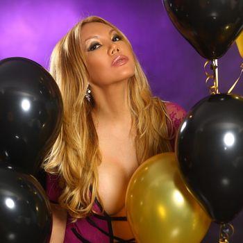 TS Veronica zeigt dir ihr schönes Gesicht und ihre langen blonden Haare.