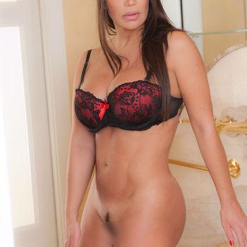Die langhaarige Claudia stehend ohne Slip, zeigt sie ihren teilrasierten Schambereich
