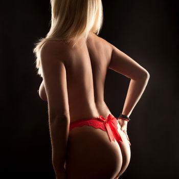 Die sexy, erfahrene Dyana zeigt ihren schönen Po stehend