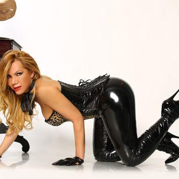 TS Veronica zeigt ihren runden Prachtarsch in schwarzer Latexkleidung.