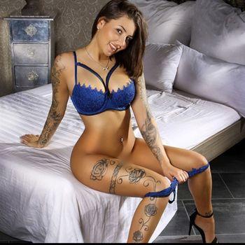 Die bildschöne Deutsche Lena in sexy blauen Dessous.