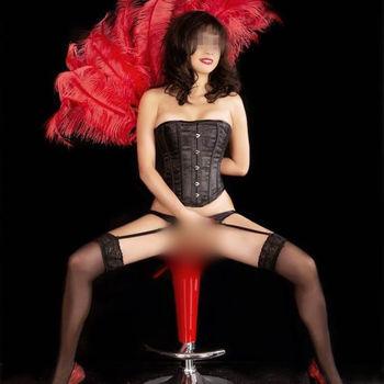 Momoja in schwarzer Korsage und sexy Strümpfen spreizt provokativ ihre Beine.