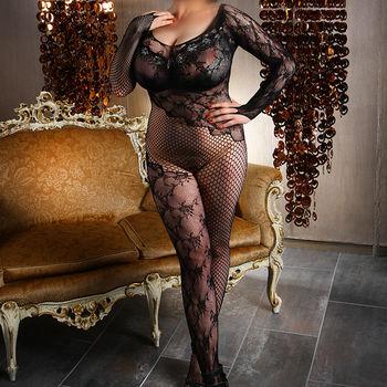 Diana im schwarzen Netzbody, stehend vor einer Couch