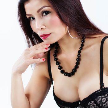 Nadja im Porträt mit schwarzer Perlenkette
