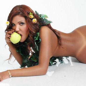 TS Samantha beisst genussvoll in den süßen, verbotenen Apfel