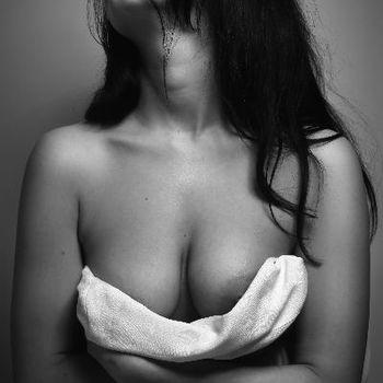 Ewa lässt ein Tuch von ihren schönen Brüsten gleiten.