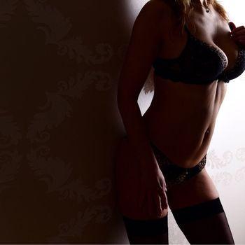 Nadine zeigt ihren schlanken Körper in schönen Dessous.