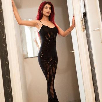 Nicole stehend in der Tür im schwarzen Body, zeigt ihren jungen Traumkörper