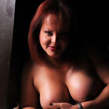 TS Carmen nackt im Porträt mit Hand am Busen