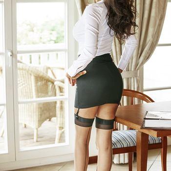 Sarah präsentiert ihre heißen Kurven in stilvoller Kleidung und schwarzen Strapsen.