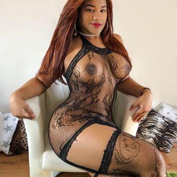 Ruby sitzend im transparenten Netzteil, zeigt ihre mega sexy Figur