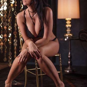 Natalie verführerisch wartend auf einem Stuhl in schwarzen Dessous