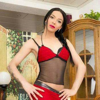 Die schlanke TS Angelina in rot/schwarzer Wäsche.