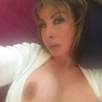 TS Cristal Self mit verlockendem Blich und nackten Brüsten