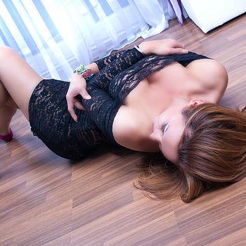 TS Lauren im schwarzen Spitzenkleid sich auf dem Boden rekelnd
