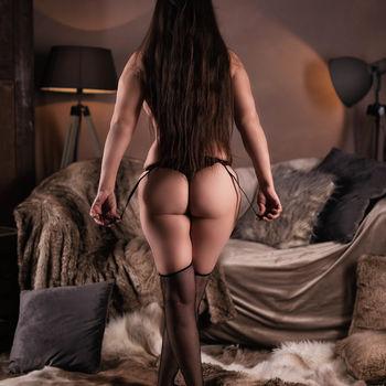 Moni stehend von hinten mit herrlichen Blick auf ihren tollen Hintern