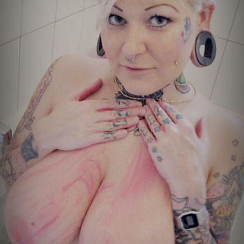 Barbie Bitch schmiert sich die Brüste mit rosa Zuckermasse ein