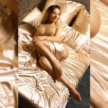 Kira nackt auf Satinbettwäsche zeigt sie ihre wunderschönen Brüste