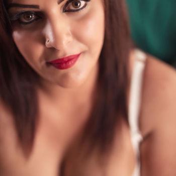 Ein sexy Porträt von Emily, dass die einen Blick in ihr Dekolleté erlaubt.