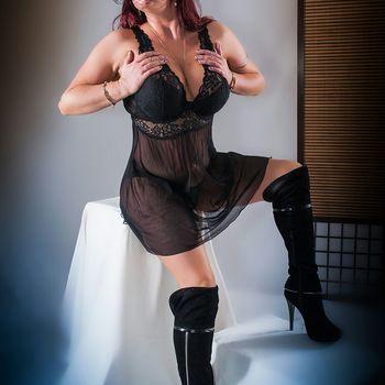 Enrika im schwarzem Kleidchen und hohen Stiefeln