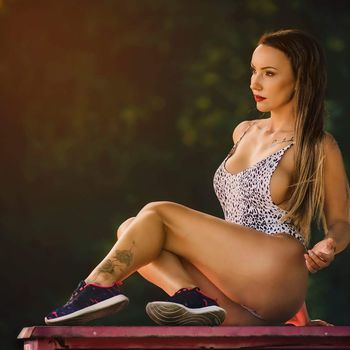Die braungebrannte Julia in sexy Leoparden Wäsche.