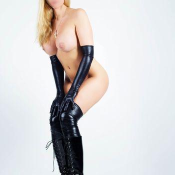 Franzi Schmidt stehend, nackt nur in schwarzen Lackstiefeln