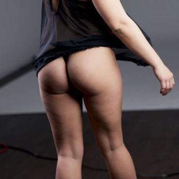 Laura zeigt ihren sexy Arsch und ihre schönen Beine.