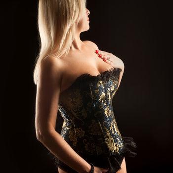 Blondine Dyana in schwarzer Korsage