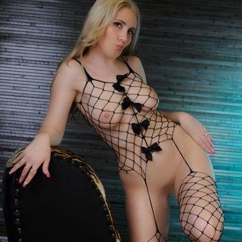Laura steht in aufregender Netzwäsche und wirft dir einen Kussmund zu.