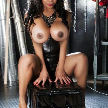 Schönheit Vanessa zeigt lasziv posierend in Lederoutfit.