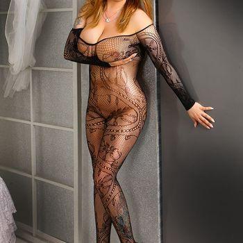 Laura posiert stehend in einem aufregenden schwarzen Catsuit.
