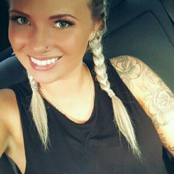 Nele macht ein Selfi im Auto mit strahlendem Lächeln