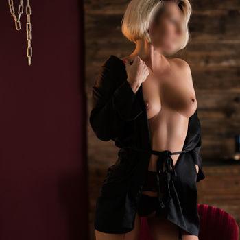 Anna im schwarzen Slip mit offenem Kimono, ihre schönen, wohlgeformten Brüste zeigend