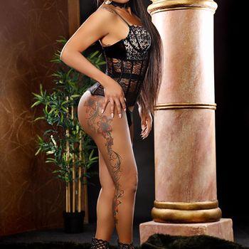 Latina TS Viona seitlich posierend in schwarzer Wäsche.