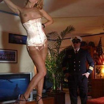 Blondine Alina in High Heels, Strümpen und Unterbrustcorsage, macht einen Piloten mit ihren kleinen, sex Brüsten verrückt
