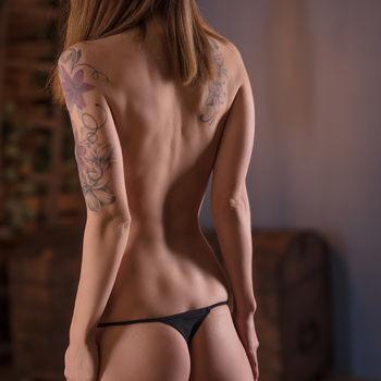 Michelle zeigt ihren dünnen Körper stehend von hinten