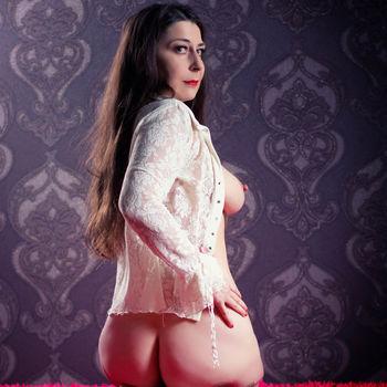 Moni von hinten kniend zeigt ihren schönen runden Hintern