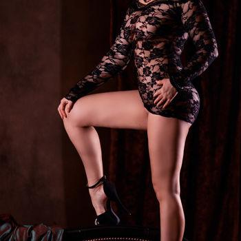 Dyana zeigt in High Heels stehend ihre langen Beine