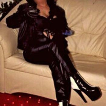 Sabrina Bizarre komplett in schwarz mit High Heels.