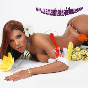 TS Samantha liegt wunderschön zwischen Blüten und bunten Federn