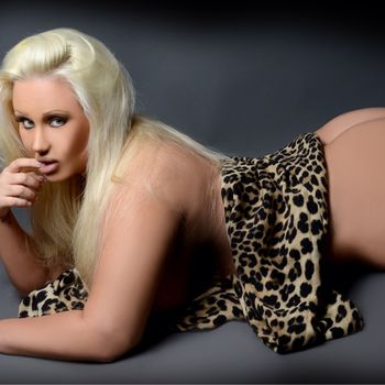 Jenna nackt auf dem Bauch liegend