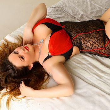 Laura liegt aufm Rücken in sexy roter Wäsche.