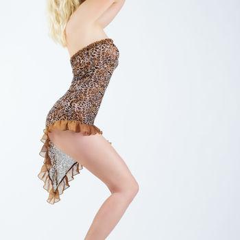 Franzi stehend  zeigt sie ihre schlanken Kurven im Leoprint Minikleid