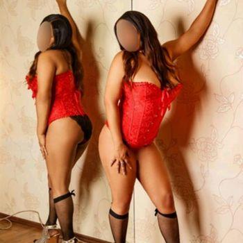 Die geile Latina Yessika  posierend in roter Korsage und süßen Strümpfen.