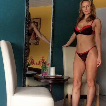 Blondine Nadine zeigt ihre Topfigur aufrecht stehend in sexy Dessous.