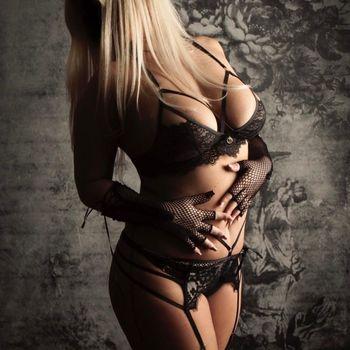 Svetlana stehend in schwarzen Dessous mit Strabsgurt, zeigt ihren geilen Körper