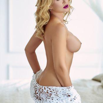 Blondine Viktoria zeigt seitlich stehend ihre sexy Kurven  und ihre geilen Titten.