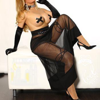 Die blonde TS Veronica trägt elegante schwarze Dessous.
